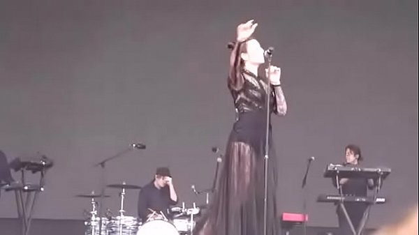 Who is this thicc white girl singer artist on stage?