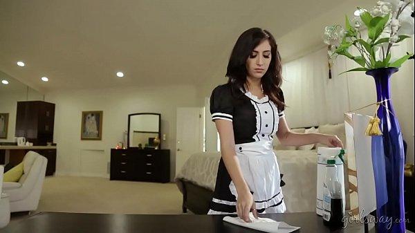 سحاق بنات ساخن صاحبة المنزل والخادمة المثيرة sex