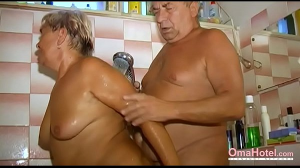 Внук фотографирует бабушку в ванной видео