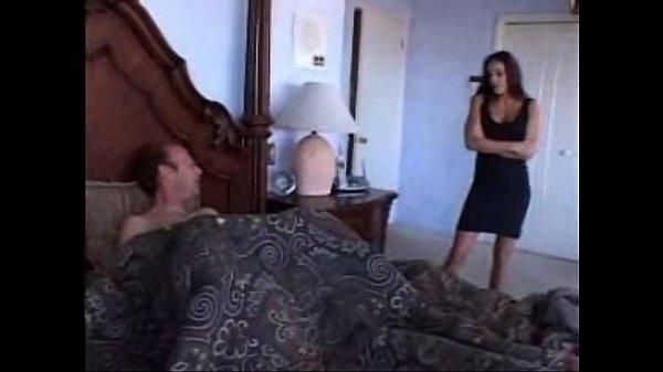 Lo encuentra masturbándose con sus tangas.