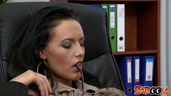 Молодая стройная брюнетка в офисе