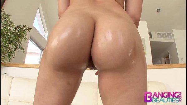 Gatinha molhada rebolando bundinha deliciosa durante uma putaria com seu namorado