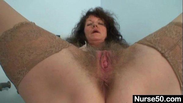 Зрелая дамочка работает губками