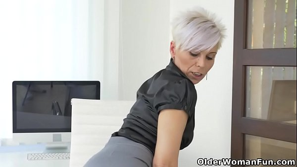 Euro milf Kathy White gives her pantyhosed pussy a treat Thumb