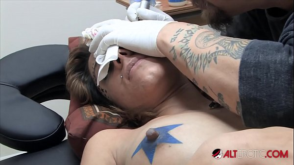 Amina Sky gets a face tattoo while completely nude Thumb