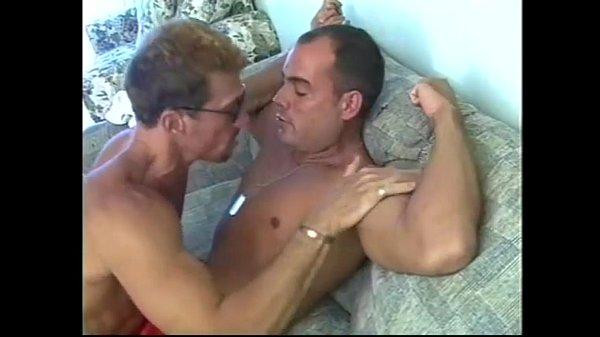 Мускулистые геи мужчины трахаются на тренажере