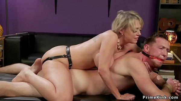 Porno moglie scopa strap-on amante del marito