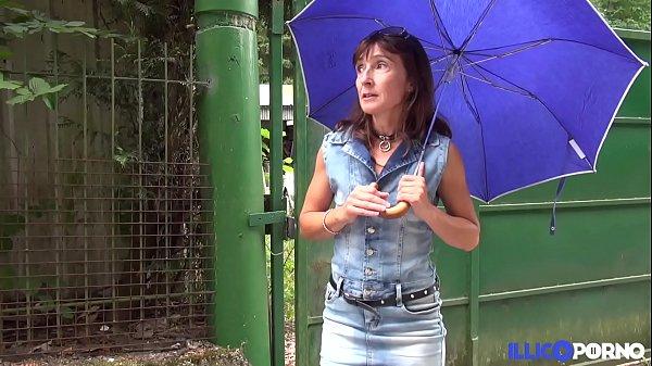 Cougar mature de 45 ans baisée dans le jardin [Full Video]