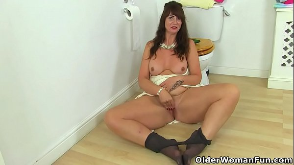 UK milf Tracey Lain slides a courgette up her tight arse