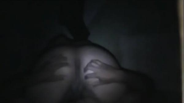 sosedka-po-komnate-lyubit-masturbirovat-zashitnoy-forme