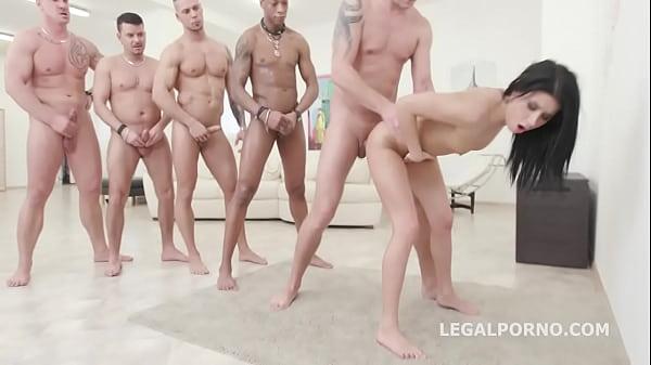 Порно видео Пятеро трахнули одну и кончили в рот