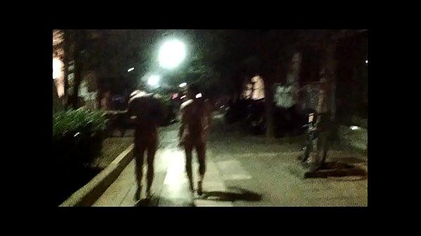 Геи в женском гуляют по улице