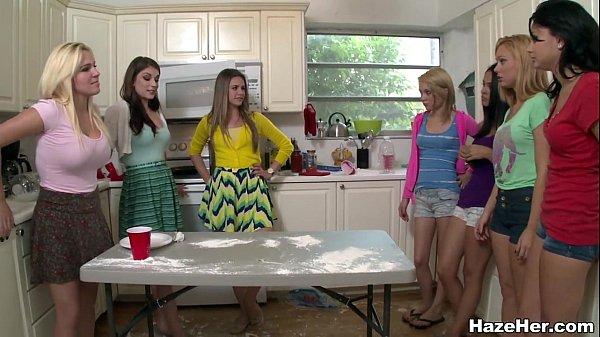На кухне девушки показывают свои прелести
