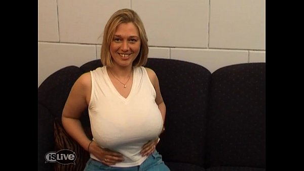 (dutch) Blonde moeder met grote tieten!
