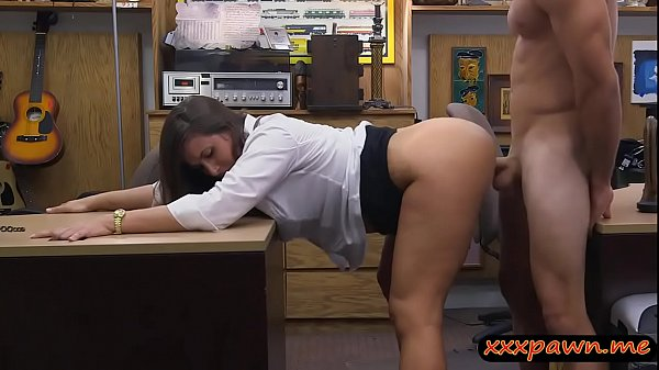 Bubble butt babe pawns her pussy and nailed by pawn guy