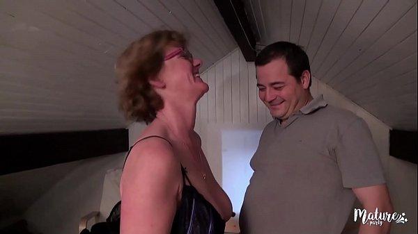 Lucie, mature aux gros seins veut rendre jaloux...