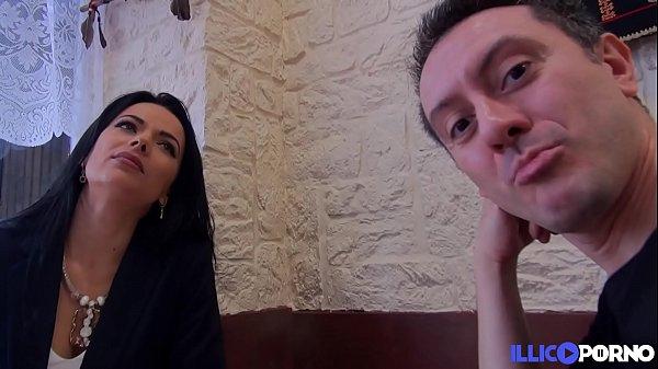 Cosmina, brunette très sexy, fait une surprise à son mari: un porno