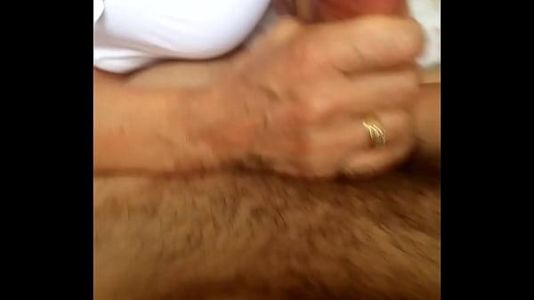 Трахает горничную пока жена мастурбирует в ванной