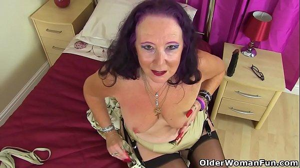 British gilf Zadi fucks her old fanny with a black dildo Thumb