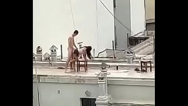 Casal é flagrado fazendo sexo em cobertura de prédio enquanto plateia assiste