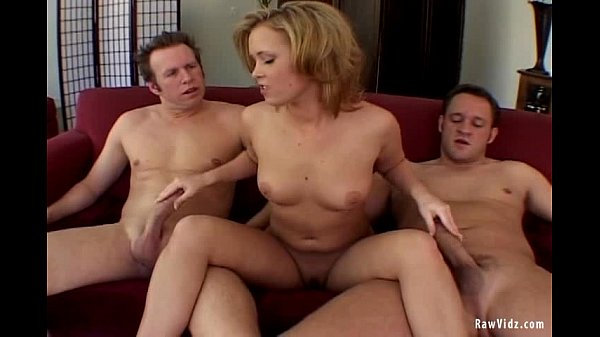 Блондинка трахается двумя парнями в дырочки