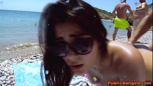 Valentina Nappi chingando en playa nudista