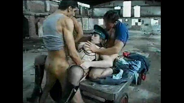 Бабы трахнули мужика в анус