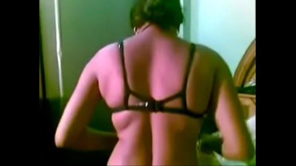 مقاطع نيك مصري زوج ممحون يصور زوجتة في غرفة النوم وهي عارية