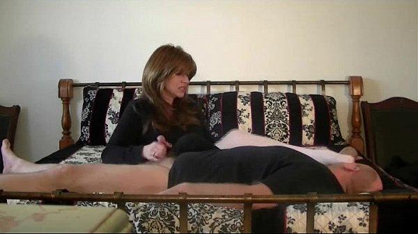 Мужик онанирует на мастурбирующую