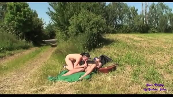 Un vecchio autostoppista invita una giovane ragazza  a scopare con lui in campagna dopo aver cantato e suonato