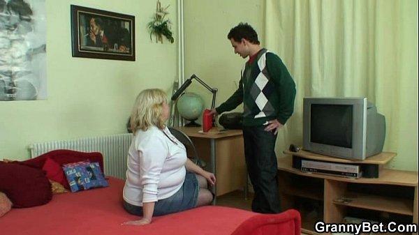 Порно девушка трахает парня искусственной киской