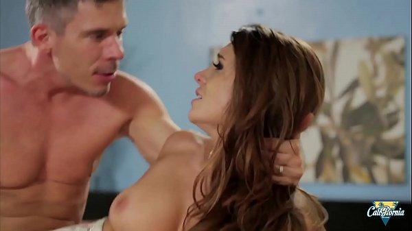 Veronica Vain sauvageonne aux gros seins se fait baiser par son patron