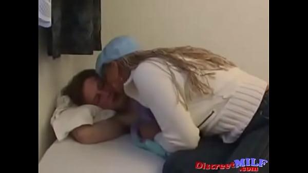 Азиатскую шлюху ебет на кровати русский мачо