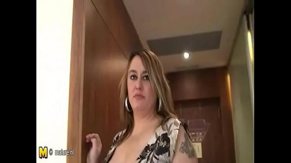 Русский парень делает кунилингус двум очаровательным девушкам