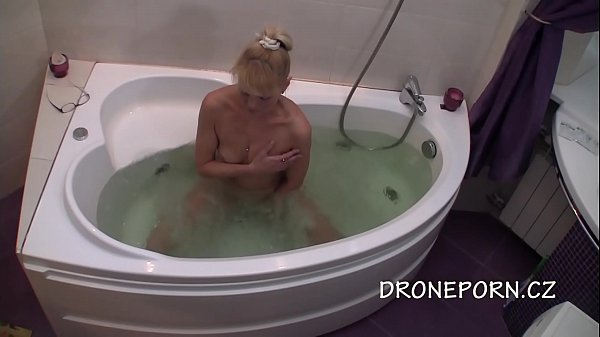Blonde MILF Im Bad – Spy-Cam