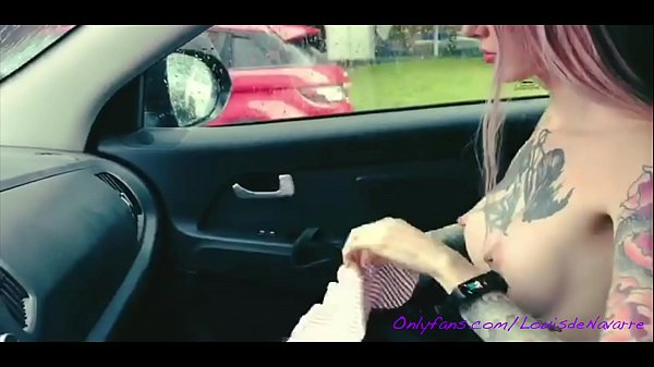 INKED TEEN BLONDE IS SHOWING HER TITS IN THE TAXI