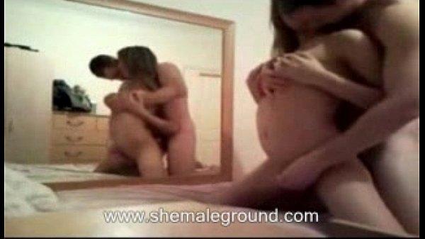 Парень раздивает девушку и трахает её