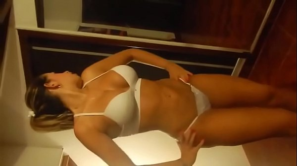 Noelia Bailando en tanga