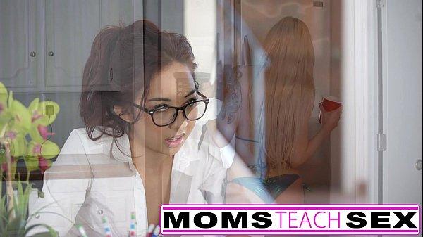 Порно с мамой и ее дочкой