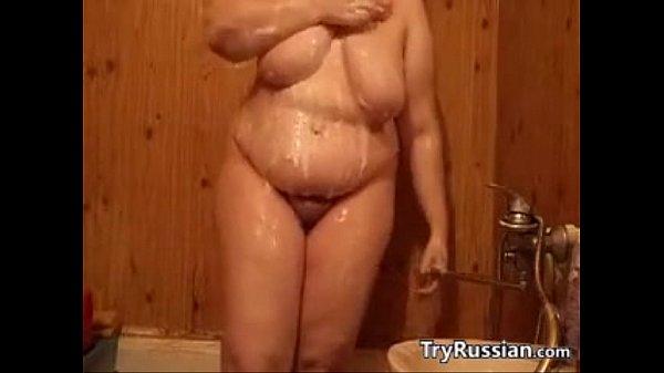 Женщина моется онлайн
