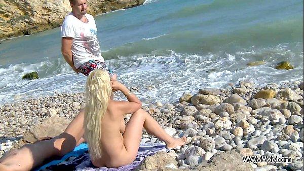 с незнакомкой на пляже