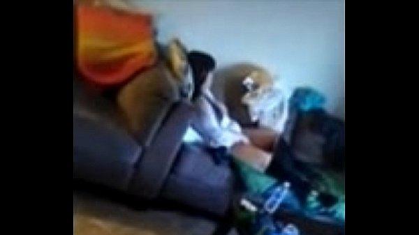 salope se masturbe la chatte devant une video xxx