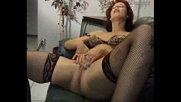 Зрелая блондиночка мастурбирует на диване