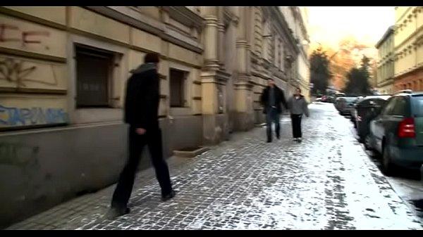Секси девчонка отсасывает жестко русскому хуй жестко русскую