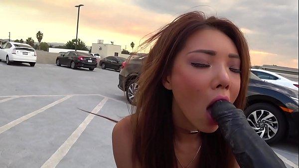 Pov สาวเอเชียเล่นควยปลอมดำของเเท้เอาซะกลางแจ้งเลย เล่นกลางที่จอดรถไม่อายใครจริงๆ