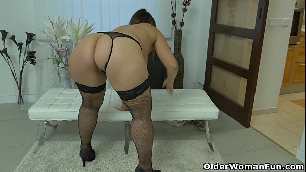 Well rounded milf Riona rubs her throbbing clit Thumb