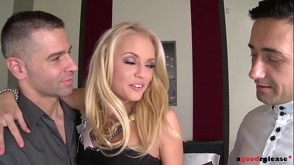 Blonde stunner Vanda Lust needs two big hard cocks up her ass and pussy Thumb