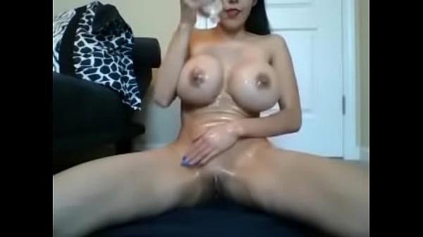 Стройная девушка с большой натуральной грудью