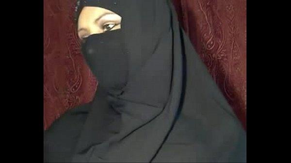 Muslim girl stripping on cam