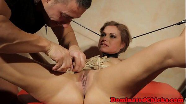 Жосткое порно в анал с огромными предметами